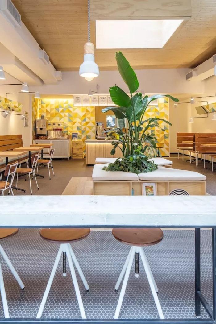 这家快餐店专门出售夏威夷传统美食 poke。这种带有浓郁夏威夷风情的菜,以新鲜的生鱼为主料,不过不同于日本生鱼片将生鱼切成片的做法,poke 中的生鱼肉都会被切成一个个小立方块,再加上海带、盐等佐料制成沙拉食用。  在这之前这个空间为一间酒吧所用,还显得十分昏暗,与夏威夷的阳光风情极为不搭。